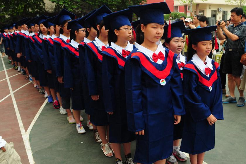 """小学生穿""""学位服""""参加毕业典礼"""