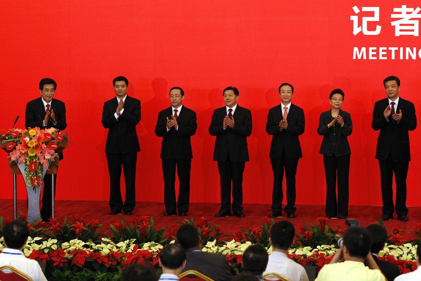 7月3日,中共北京市委十一届一次全会选出新一届市委常委。图为郭金龙(左一)、吉林(右一)、吕锡文(右二)、牛有成(右三)、鲁炜(左四)、傅政华(左三)、陈刚(左二)。   中新社_北京新一届市委领导集体亮相