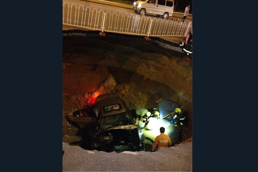 7月5日,长沙,湘江路中段突然发生塌陷,一台从此路过的轿车瞬间被巨坑吞没。  卡拉卡/CFP_长沙闹市突发地面塌陷 车辆被吞一人死亡