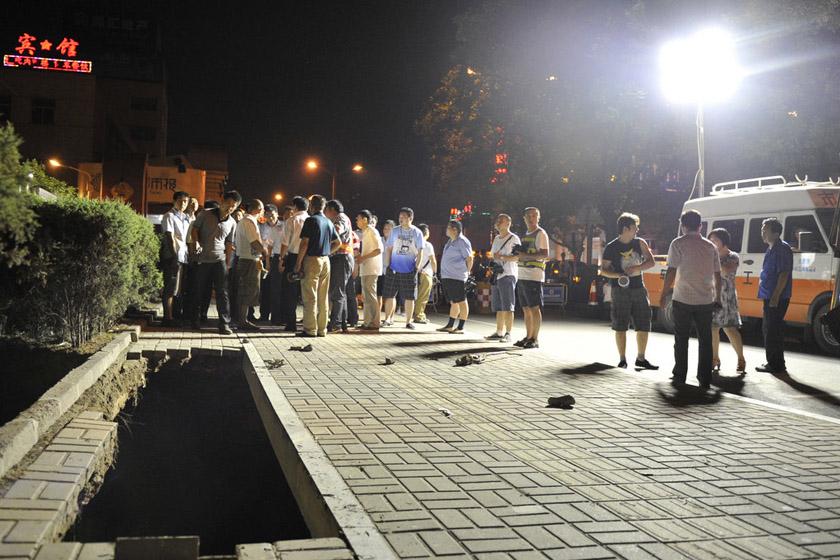 """7月12日晚,太原双塔西街人行道和绿化带处地面发生塌陷。 昊彤/CFP_山西太原闹市现""""悬空路"""""""