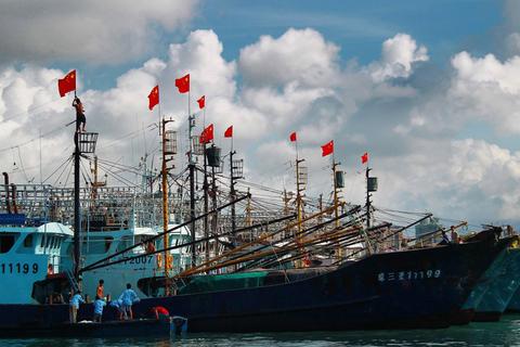 海南最大规模渔船队抵达南沙永暑礁