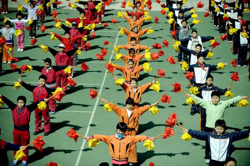 """2011年4月12日,沈阳市振兴二校的学生在课间集体跳""""双截棍""""舞锻炼身体"""