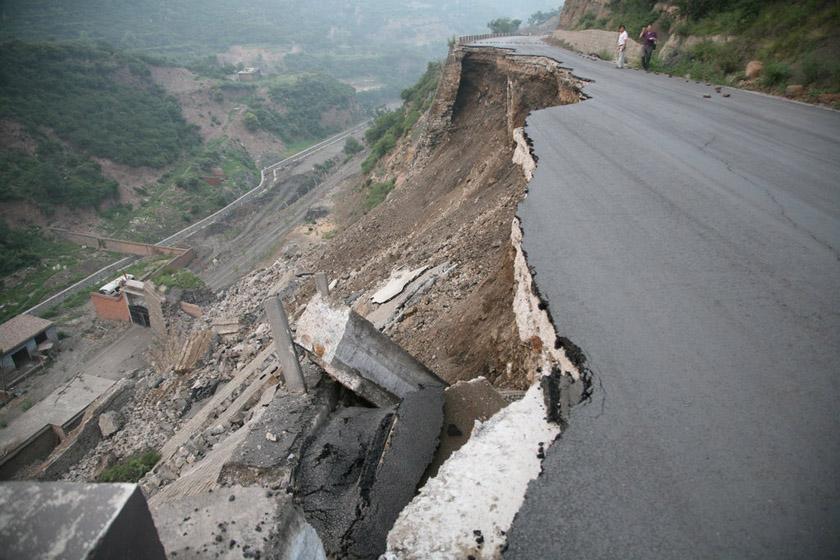 7月18日,坍塌路段。 王林/CFP_太原一刚改造公路发生坍塌
