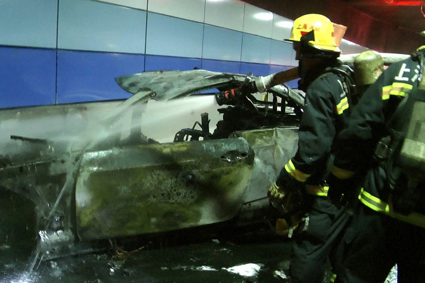 7月22日,事故现场。 云青/东方IC_上海一隧道内宝马撞护栏致3死