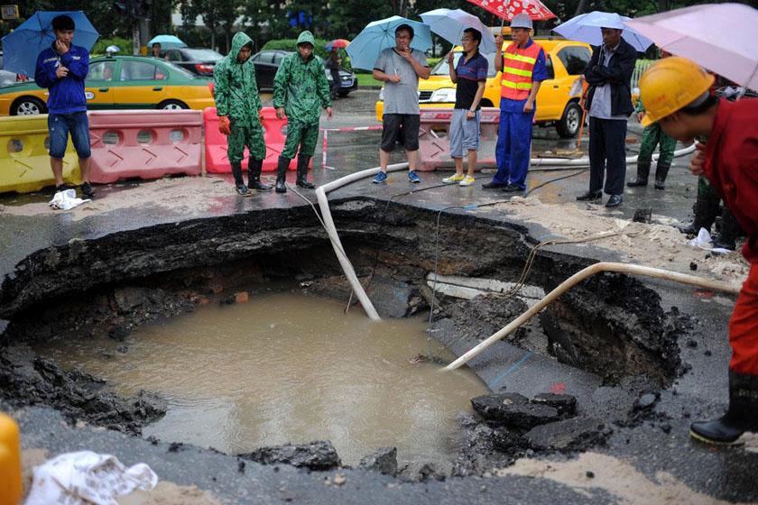 8月1日,北京,朝阳区望花路与花家地街交会的十字路口处出现路面塌陷,塌陷面积约4平方米。 王苡萱/CFP_北京多地出现地面塌陷