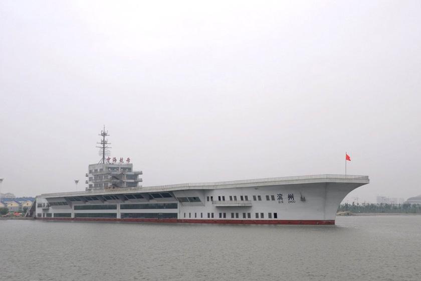 """8月4日,山东滨州,位于滨州中海国家水利风景区的""""中海航母""""。  东方IC_山东滨州1.2亿""""中海航母""""几近荒废"""