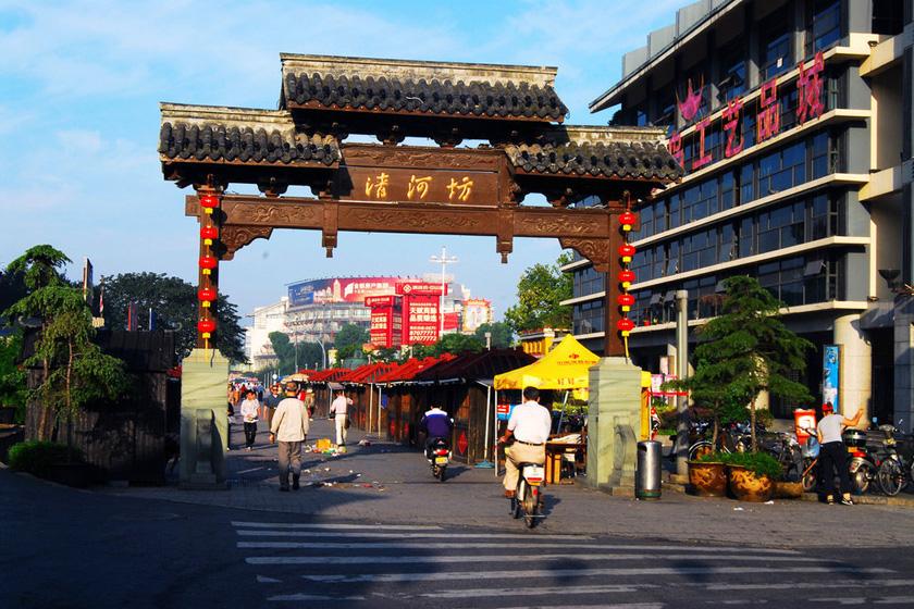 杭州闹市区一牌坊倒塌