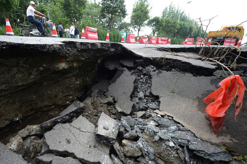 8月22日,扬州市临江路一处路面突然发生塌陷,塌陷路面深约3米、面积约48平方米。东方IC_扬州一处路面塌陷 现3米深大坑