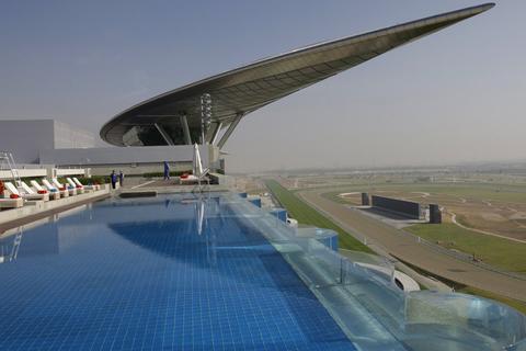 迪拜屋顶游泳池。Kamran Jebreili/东方IC_全球超另类游泳池