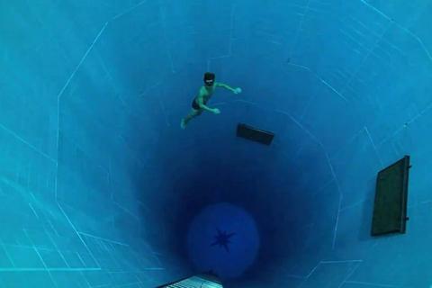 比利时布鲁塞尔世界最深游泳池。Whitehotpix/东方IC_全球超另类游泳池