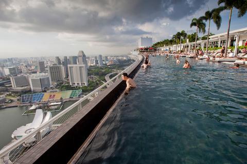 新加坡滨海湾金沙酒店空中花园游泳池。小米/CFP_全球超另类游泳池