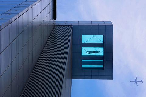 上海浦东一酒店悬空游泳池。CFP_全球超另类游泳池