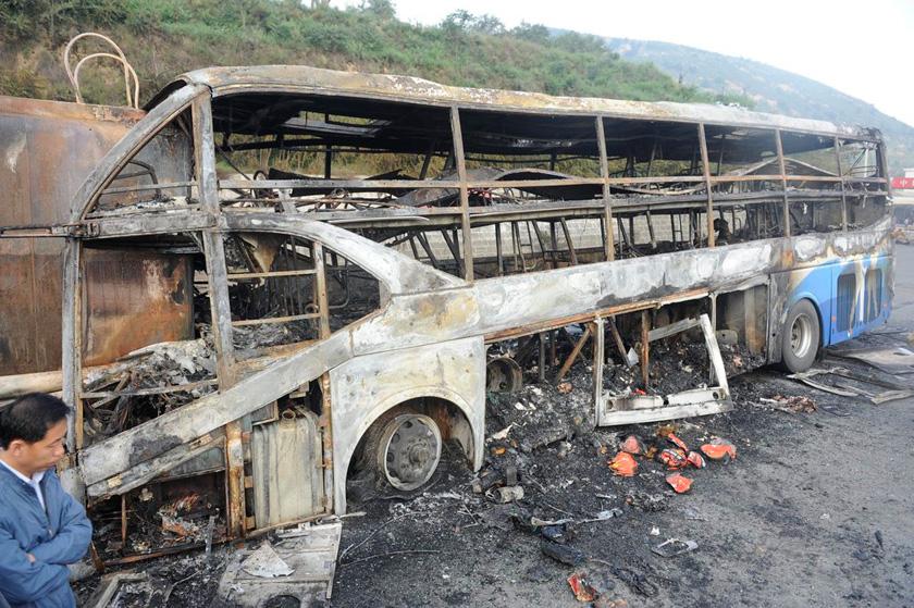 8月26日,事故现场. cfp_陕西延安卧铺客车追尾起火36人死亡