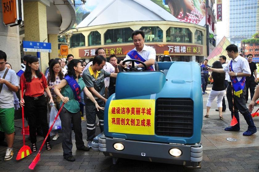 8月28日,广州市委书记万庆良驾驶清洁车清洁马路。  高殿华/东方IC_广州市委书记市长上街搞卫生迎十八大