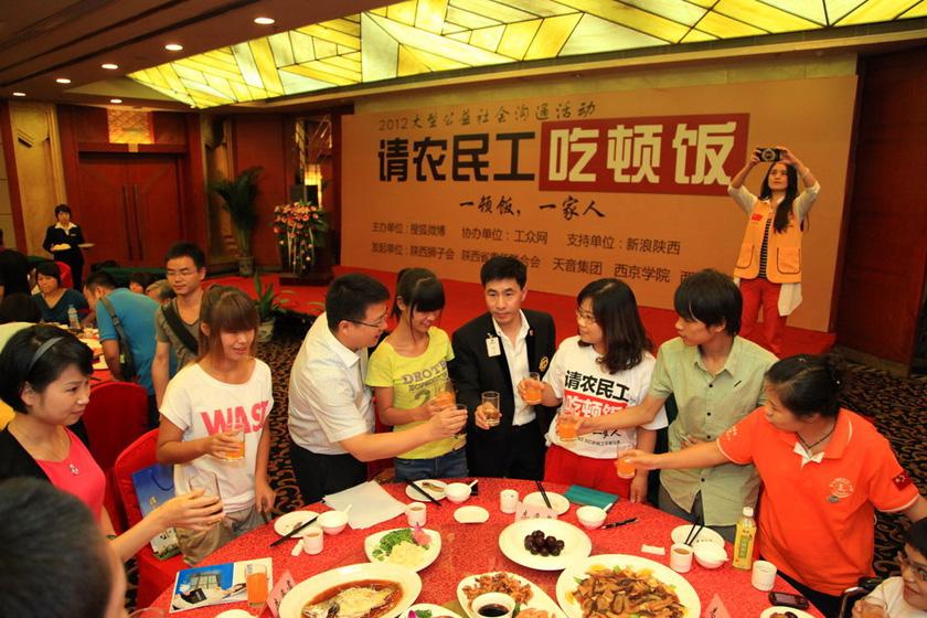 8月28日,活动现场。    丁聘/东方IC_西安爱心人士请落榜农民工子女吃饭