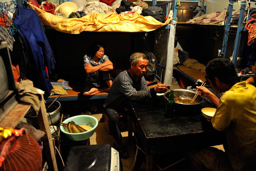 8月22日,郑州,刘奎元夫妻的工棚里住了8位男性,唯有他媳妇苟素英一个女人。  华商报胡国庆/CFP_农民工夫妻生活现实