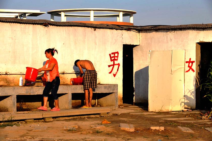 8月23日,郑州,工地上的女人毕竟是少数,每天面对不熟悉的几百号光膀子大汉,总会遇到一些尴尬的场面。  华商报胡国庆/CFP_农民工夫妻生活现实