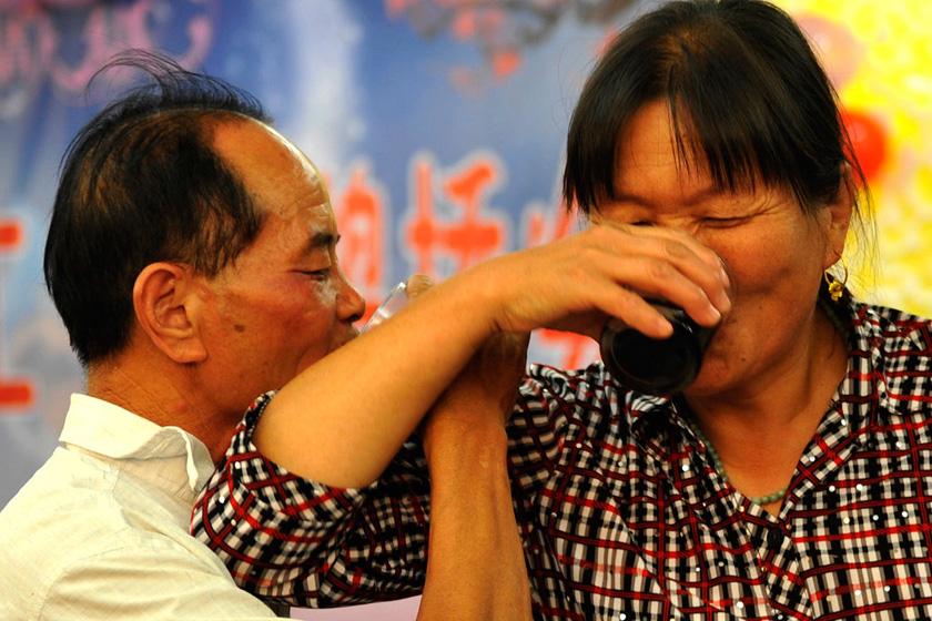 8月23日,郑州,在欢迎酒宴上,60岁的赵党军激动的和媳妇喝起了交杯酒。  华商报胡国庆/CFP_农民工夫妻生活现实
