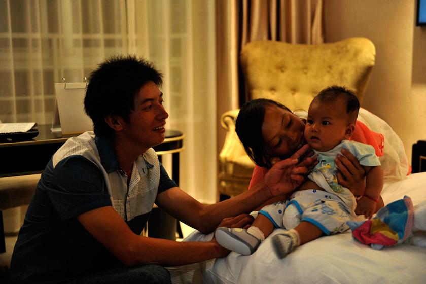 8月23日,郑州,入住星级酒店的沙马伍且说,儿子要是能在这样的环境里出生那该有多好呀。  华商报胡国庆/CFP_农民工夫妻生活现实