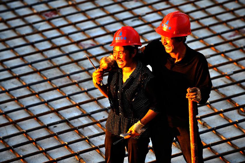 8月22日,郑州,在这处建筑工地,有十几对这样的农民工夫妻,他们每天朝夕相处,奋战在建筑工地。在风调雨顺的情况下,每月有4000元收入。  华商报胡国庆/CFP_农民工夫妻生活现实
