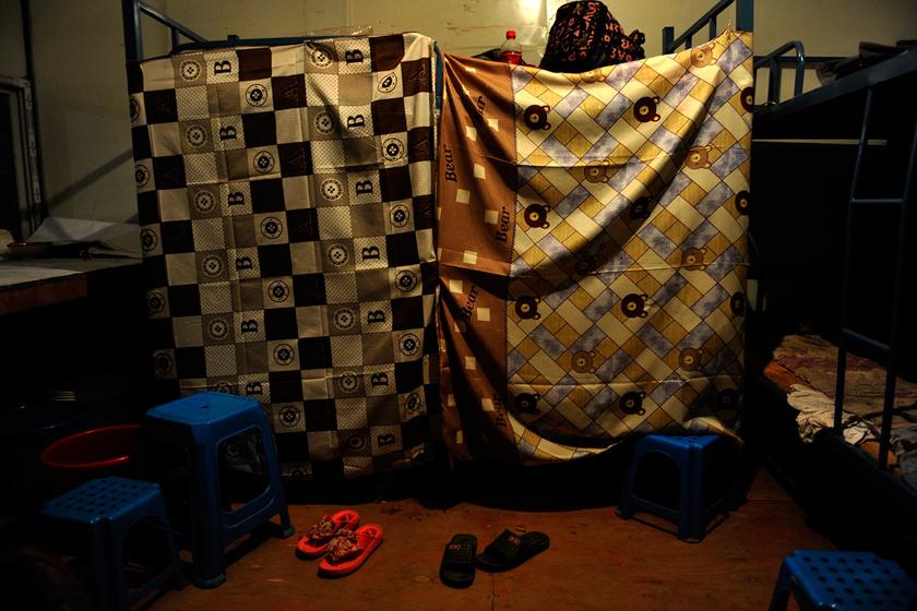 8月22日,郑州,一块布帘子,几个朔料夹子,这就是农民工夫妻临时居所。  华商报胡国庆/CFP_农民工夫妻生活现实