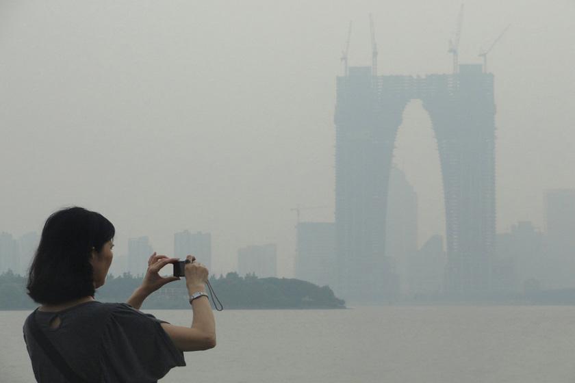"""2012年7月8日,正在建设中的苏州""""东方之门""""在雾中若隐若现。  王建康/东方IC_盘点中国奇形怪状建筑"""