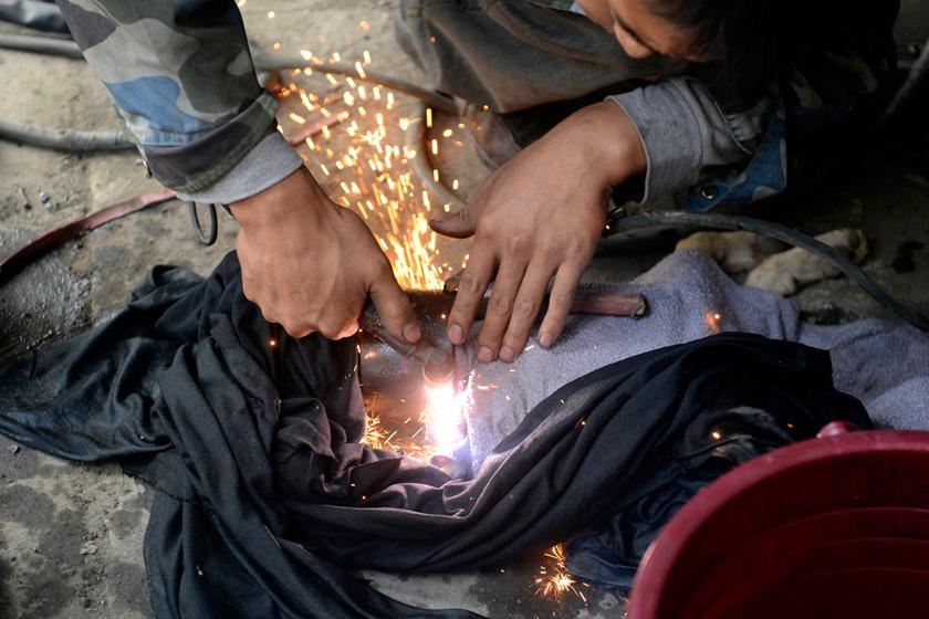 9月11日,消防人员设法取下狗脖子上的钢圈。   HuYuanjia/CFP_流浪狗疑遭虐待 脖子上套2斤重钢圈