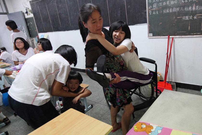 趴着上学的女孩
