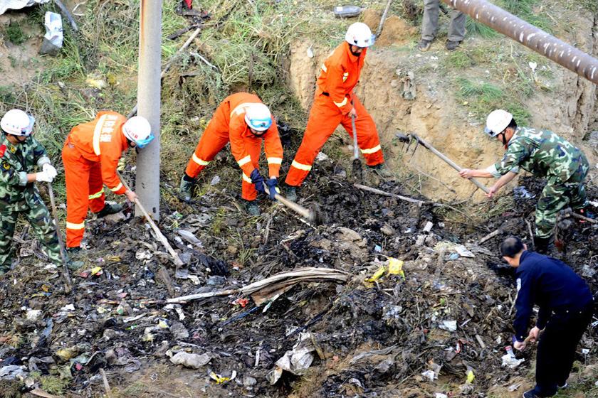 9月18日,消防和公安人员在现场救援。  东方IC_兰州一垃圾山垮塌 拾荒男子被埋