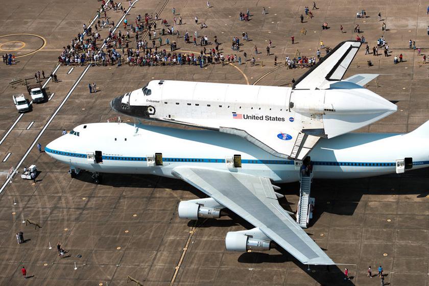 当地时间2012年9月19日,美国宇航局奋进号航天飞机由一架改装波音747客机驮着,从休斯顿起飞,预计21日将抵达洛杉矶。10月中旬,它将被运往加州科学中心。奋进号是建造时间最晚的航天飞机,退役前曾执行25次飞行任务。奋进号移往加州标志着美国航天飞机时代落幕。