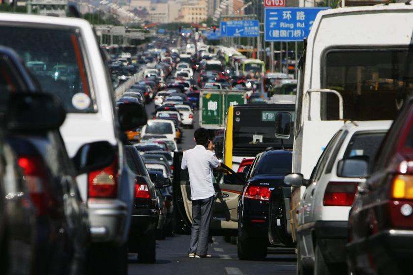 2007年5月18日,北京,一位司机走下车,无奈的看着前方拥堵的车流。  Cancan Chu/Getty Images/CFP_世界各地堵车景象