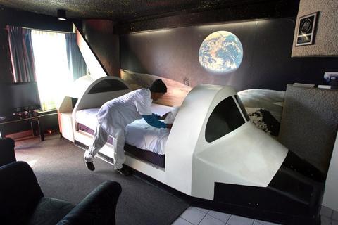 2009年12月30日,美国佛罗里达州,一名服务员在整理航天飞机旅馆的床铺