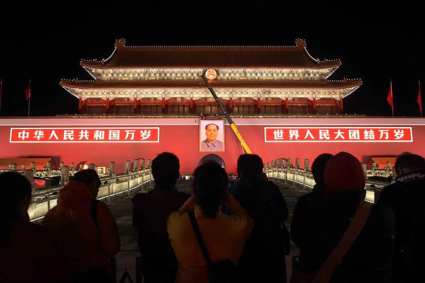 天安门城楼正中门洞上方悬挂的毛泽东彩色巨幅画像,画像板外框高6.