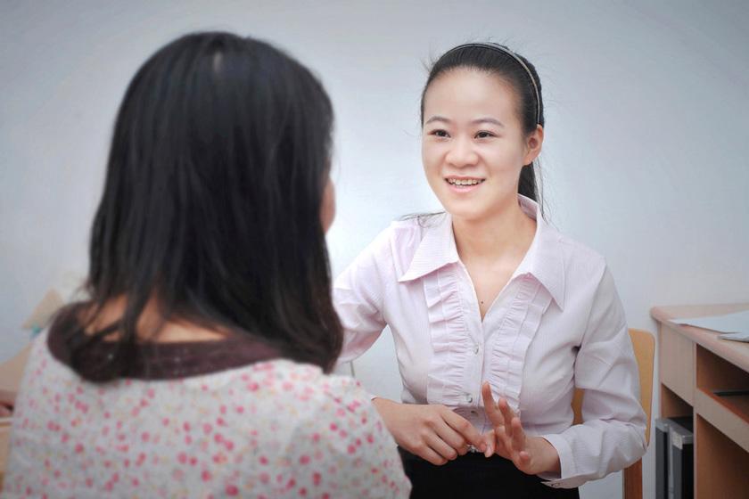 9月28日,武汉华中农业大学,宿管员程熙和新生聊天。  mel/东方IC_华中农业大学招聘高学历宿舍管理员