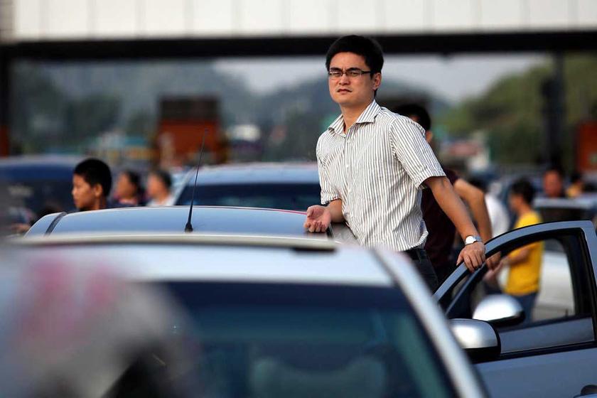 9月30日早晨,深圳机荷高速荷坳收费站往惠州、汕头方向严重拥堵、动弹不得,司机纷纷下车休息。  查良千/东方IC_高速路上堵车众生相
