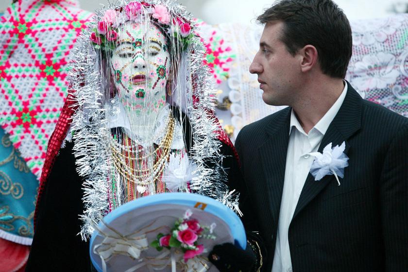 2008年1月6日,保加利亚Ribnovo村,新娘Letfe Mekerozova和新郎Mustafa Talamazov在婚礼上。   BORYANA KATSAROVA/东方IC _保加利亚奇特婚俗 新娘涂白漆冬季出嫁