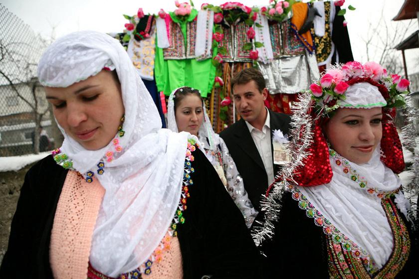 2008年1月6日,保加利亚Ribnovo村,婚礼上,新娘Letfe Mekerozova和新郎Mustafa Talamazov走在家人的身后。     BORYANA KATSAROVA/东方IC _保加利亚奇特婚俗 新娘涂白漆冬季出嫁