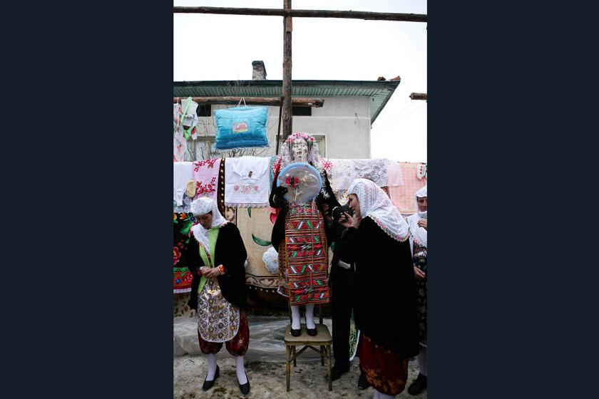2008年1月6日,保加利亚Ribnovo村,几名妇女正在照料新娘Letfe Mekerozova。   BORYANA KATSAROVA/东方IC _保加利亚奇特婚俗 新娘涂白漆冬季出嫁
