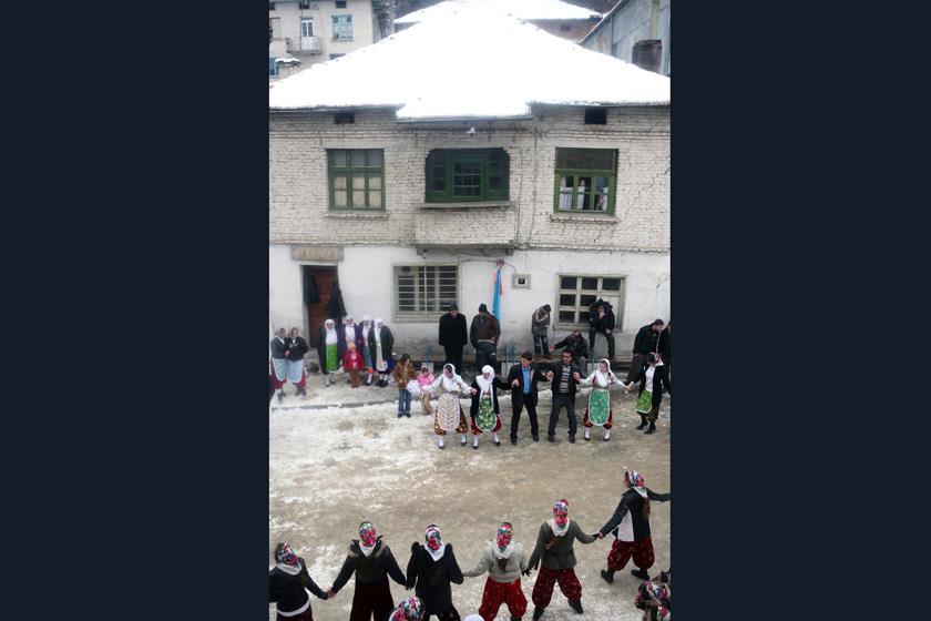 2008年1月6日,保加利亚Ribnovo村,穆斯林村民跳舞庆祝婚礼举行。      BORYANA KATSAROVA/东方IC _保加利亚奇特婚俗 新娘涂白漆冬季出嫁