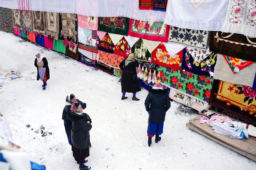 2008年1月6日,保加利亚Ribnovo村,妇女看着用布做成的结婚礼物。   BORYANA KATSAROVA/东方IC _保加利亚奇特婚俗 新娘涂白漆冬季出嫁