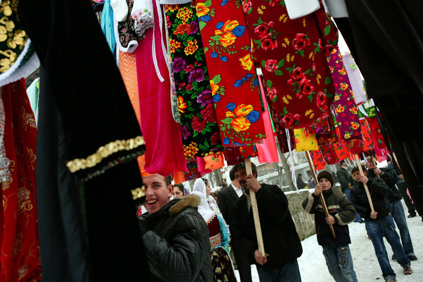 2008年1月6日,保加利亚Ribnovo村,穆斯林男孩举着用布做成的婚礼礼物。   BORYANA KATSAROVA/东方IC _保加利亚奇特婚俗 新娘涂白漆冬季出嫁