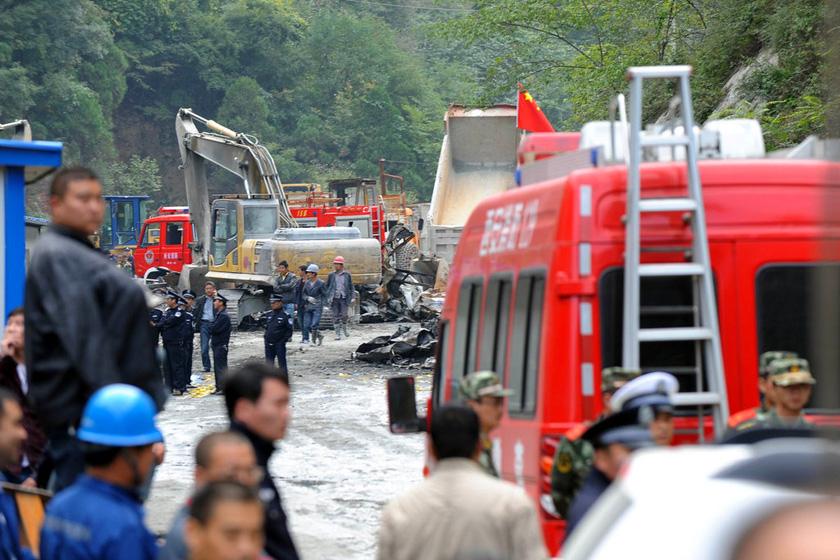 10月10日,救援人员在火灾现场搜救。   东方IC_陕西西安一工地宿舍起火 已致14人死亡