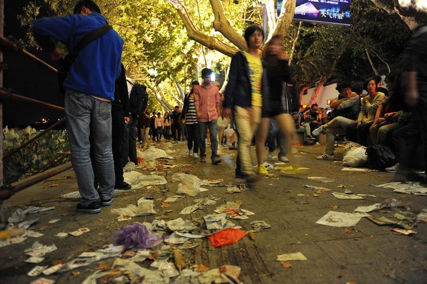 杭州西湖国际烟花节后景区垃圾遍地