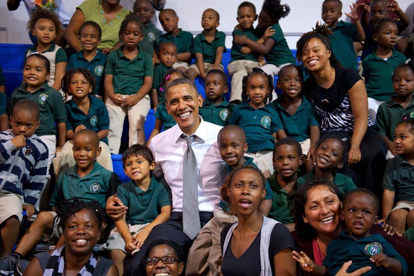 > 奥巴马合影被强吻女生小男孩抢镜       10月23日,佛罗里达州,美国