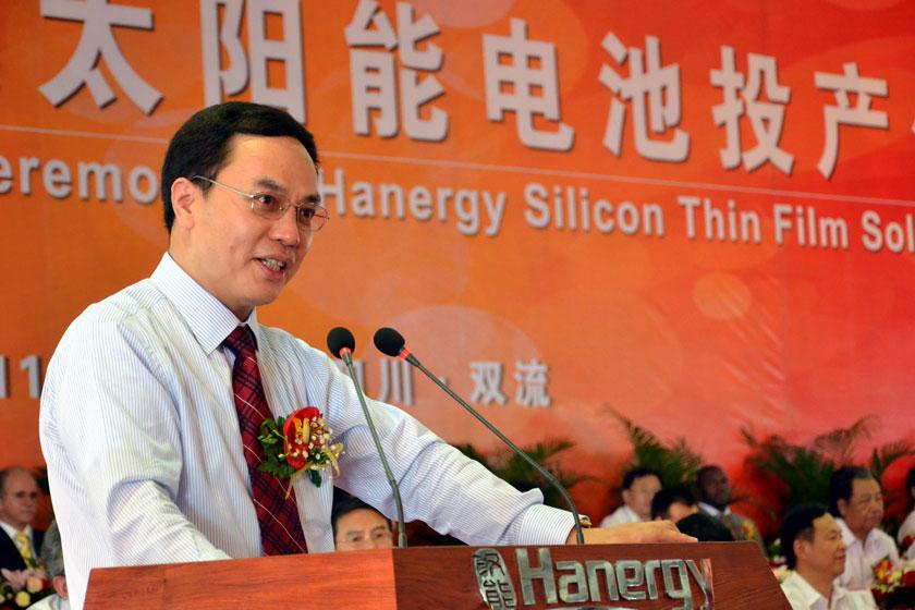 2011年6月15日,汉能控股集团董事局主席李河君在成都双流经济开发区薄膜太阳能电池生产基地建成投产仪式上讲话。章轲/CFP_雾锁汉能