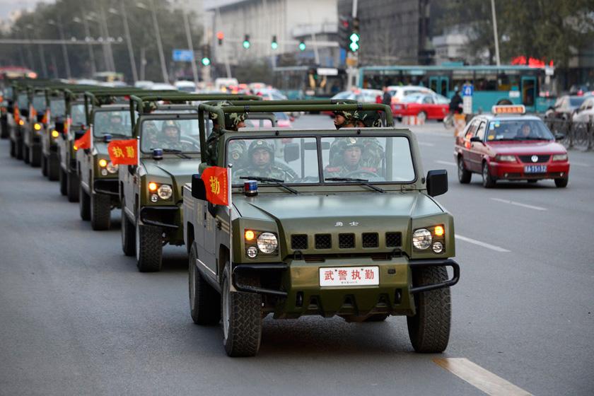 11月04日,山西太原武警巡逻车在市区内巡逻。    胡远嘉/CFP_太原武警街头武装巡逻保卫十八大