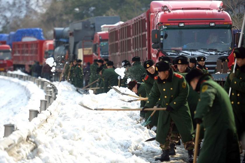 11月5日,武警官兵铲雪疏通道路。    京华时报/东方IC_京藏高速恢复双向通车