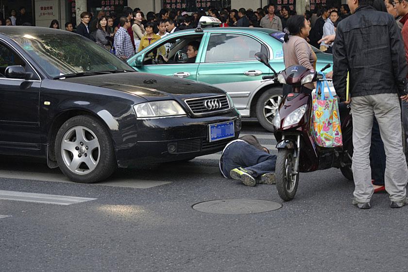 11月6日,一辆江苏牌照奥迪轿车撞倒行人,车上人员和事故行人争辩引发斗殴。    浙报集团/东方IC_杭州一奥迪撞倒行人引发斗殴
