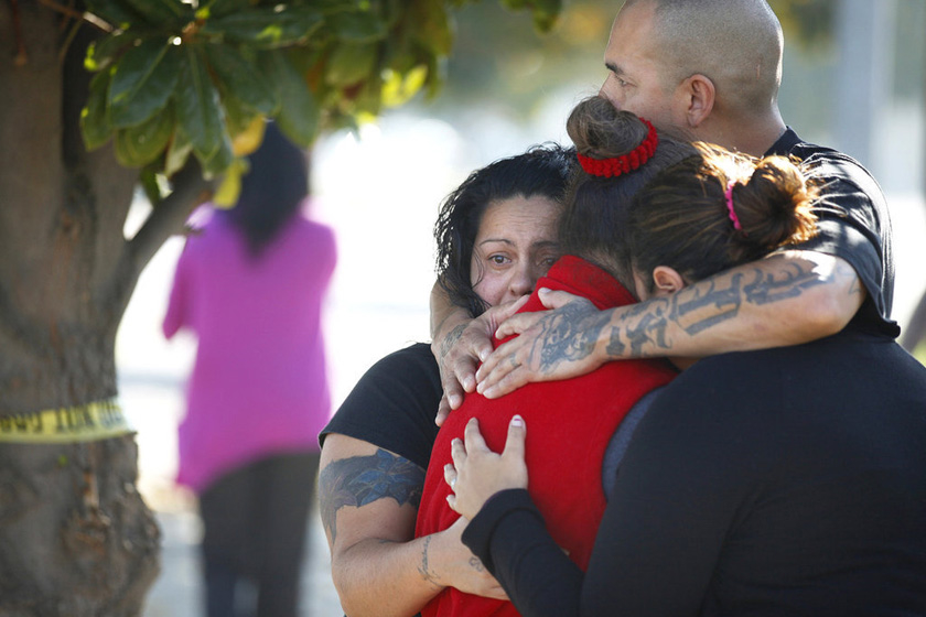 11月6日,美国加州弗雷斯诺市,家属在枪击案现场外拥抱。  Craig Kohlruss/东方IC _美国大选日加州发生枪击事件 三死二伤