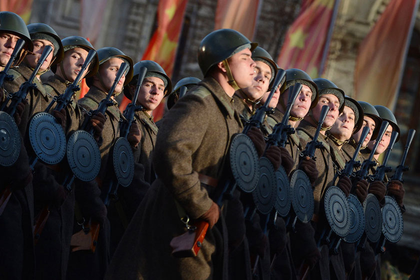 俄罗斯举行阅兵式纪念红场阅兵71周年
